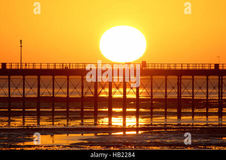 Southend-on-Sea, Essex, UK. 4th December 2016. UK Weather: The Sun rises on a very cold morning - view looking towards - Stock Photo