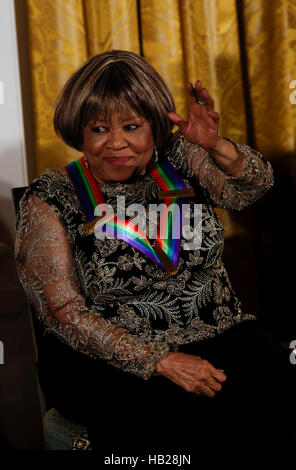 Washington DC, USA. 4th Dec, 2016. Singer Marvis Staples, a 2016 Kennedy Center Honoree, waves after being congratulated - Stock Photo