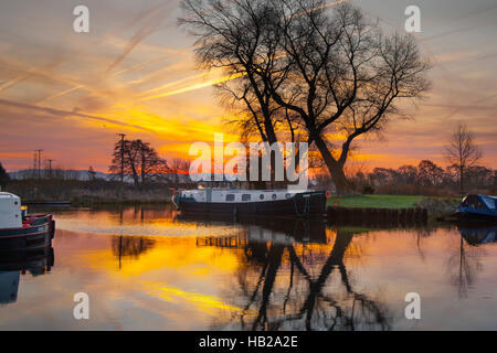 Rufford, Lancashire, UK.  5th December, 2016. UK Weather. Cold and misty start with temperatures below freezing. - Stock Photo