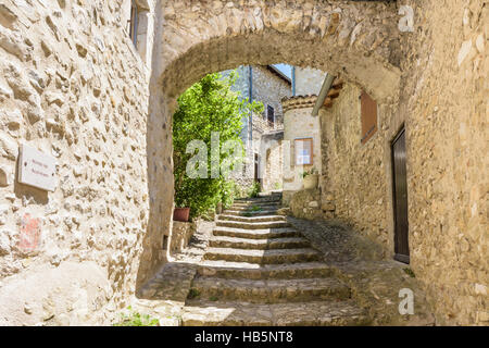 Reinforcing buttress arch in the medieval village of Mirmande, Drôme, France - Stock Photo