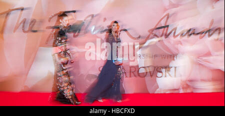 London, UK. 5th Dec, 2016. Guests arrive at Royal Albert Hall for the Fashion Awards 2016 in London, UK, on Dec. - Stock Photo