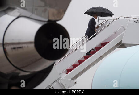 Joint Base Andrews, Maryland, USA. 6th Dec, 2016. United States President Barack Obama boards Air Force One as he - Stock Photo