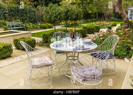 Romantic garden in Surrey - Stock Photo