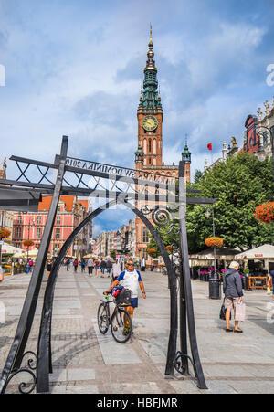 Poland, Pomerania, Gdansk (Danzig), Long Market (Langer Markt/Dlugi Targ) with view of the prominent spire of the - Stock Photo