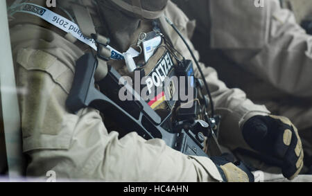 Hamburg, Germany. 8th Dec, 2016. Police special forces await the arrival of ministers at the exhibition halls in - Stock Photo