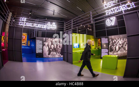 Stuttgart, Germany. 08th Dec, 2016. A visitor at the exhibition 'Carl Laemmle presents. A Jewish Swabian Invents - Stock Photo
