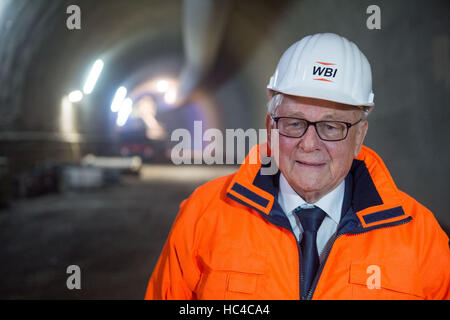 Stuttgart, Germany. 08th Dec, 2016. Construction engineer Walter Wittke answers journalist' questions during a tour - Stock Photo