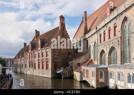 Sint-Janshospitaal, Saint John's Hospital, Bruges. Begun in the 12th century, seen from bridge on Mariastraat. - Stock Photo