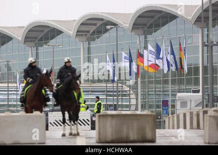 Hamburg, Germany. 09th Dec, 2016. Policemen on horseback in front of the exhibition halls in Hamburg, Germany, 09 - Stock Photo