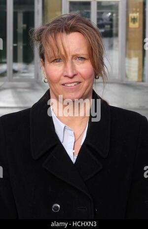 Tatjana Teufel, Mutter eines behinderten Kindes, steht am 09.12.2016 vor dem Bundessozialgericht in Kassel. Das - Stock Photo