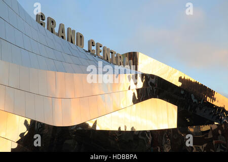 The shiny exterior of Birmingham's new shopping centre, Grand Central, built over New Street train station, in the - Stock Photo