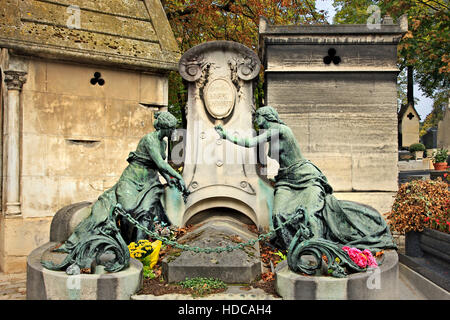 Walking around the Père Lachaise cemetery, the biggest and most 'famous' cemetery of Paris, France. - Stock Photo