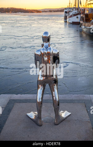 Contemporary scuplture of a diver in Oslo harbour. - Stock Photo