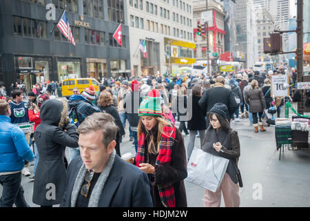 Crowds of shoppers on Fifth Avenue in Midtown Manhattan in New York on Saturday, December 10, 2016. Only fifteen - Stock Photo