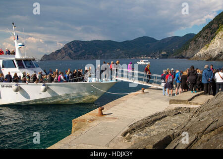 Tourists unloading from shuttle boat in Vernazza, Cinque Terre, Liguria, Italy - Stock Photo