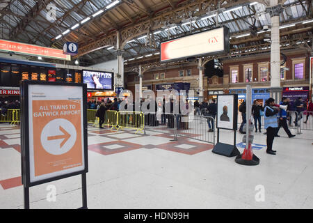 Victoria, London, UK. 14th December 2016. A relatively small queue for the Gatwick Express at Victoria station at - Stock Photo