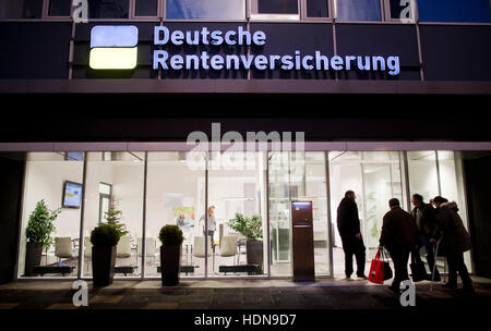 Hanover, Germany. 14th Dec, 2016. People enter the information centre of the Deutsche Rentenversicherung (lit. 'German - Stock Photo