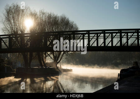 30th November, 2016. London, UK.  A bridge over River Lea in Tottenham, London, on a cold misty morning. Photo: - Stock Photo