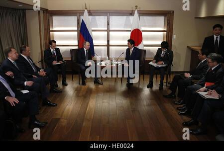 Nagato. 15th Dec, 2016. Russian President Vladimir Putin (Centre L) meets with Japanese Prime Minister Shinzo Abe - Stock Photo