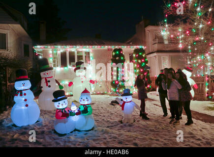 Vancouver, Canada. 16th Dec, 2016. Residents visit the decorated Christmas house at a street in Vancouver, Canada, - Stock Photo
