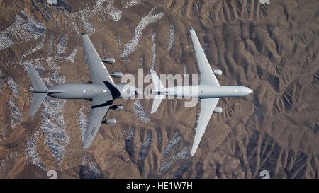 Overhead view of a Royal Australian Air Force KC-30A multirole tanker connecting with a U.S. Air Force C-17 Globemaster - Stock Photo