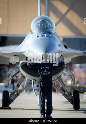 An F-16 Fighting Falcon is marshaled into position at Davis-Monthan Air Force Base on March 4, 2016. The F-16 was - Stock Photo