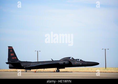 U.S. Air Force pilots assigned to the 9th Reconnaissance Wing taxi a U-2S Dragon Lady aircraft to the runway as - Stock Photo
