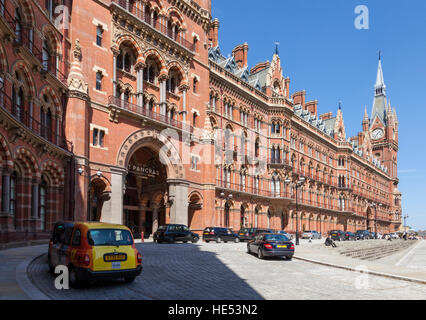 Exterior and entrance to St Pancras International Railway Station, London, England, UK - Stock Photo