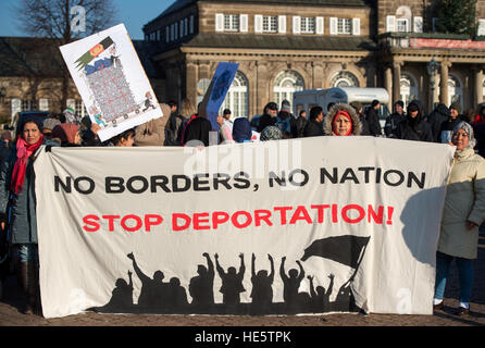 Dresden, Germany. 17th Dec, 2016. Protestors holding a banner that reads 'No Borders, No Nation, Stop Deportation!' - Stock Photo