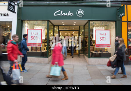 Oxford, uk 17th December 2016. Shoppers in city of oxford as christmas draws to a close.© Pete Lusabia/Alamy Live - Stock Photo