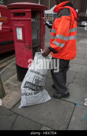 Wimbledon London, UK. 19th Dec, 2016. A Royal mail employee taking the post at Wimbledon sorting office. Royal Mail - Stock Photo