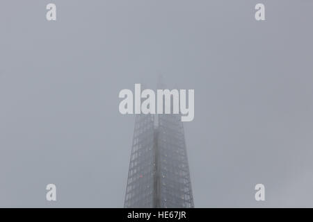 London, UK. 19th December 2016. The top of the London Shard is  shrouded in fog and haze this morning. Foggy and - Stock Photo