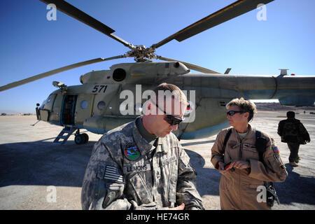 Army Sgt. 1st Class Joseph Lemons, a flight medic (left), and Maj. Kimberley Coleman, a U.S. Air Force flight nurse, - Stock Photo