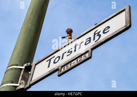 Street Art, Cork Yogi, Kork Yogi, Cork man doing yoga on street sign, Torstrasse, Berlin. - Stock Photo