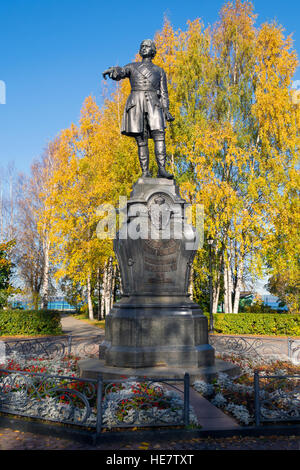 Peter the Great, the founder of Petrozavodsk, on the Onezhskaya Embankment. Autumn leaves reinforce a sense of the - Stock Photo