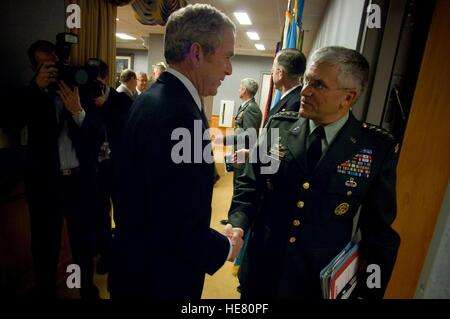 U.S. President George W. Bush and U.S. Army Chief of Staff George Casey shake hands after a strategic military meeting - Stock Photo