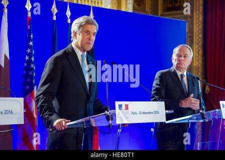 U.S. Secretary of State John Kerry and French Foreign Minister Jean-Marc Ayrault address the press after a multinational - Stock Photo