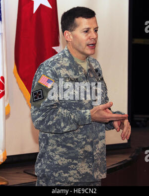 Lt. Gen. Jeffrey W. Talley, Chief of Army Reserve and Commanding General, U.S. Army Reserve Command, speaks with - Stock Photo