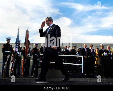 U.S. President George W. Bush salutes the Marines after speaking to the audience of the dedication ceremony of the - Stock Photo
