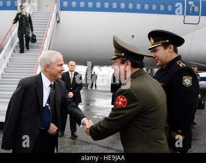 Secretary of Defense Robert M. Gates is greeted by Russian Gen. Vladimir Nikishin at Vnukovo International airport - Stock Photo