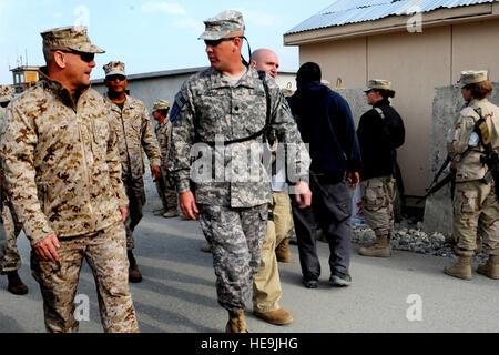 Vice Chairman of the Joint Chiefs of Staff U.S. Marine Gen. James E. Cartwright talks to U.S. Army Lt. Col. David - Stock Photo