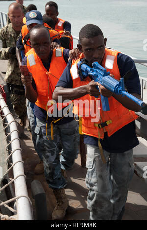 PORT OF DJIBOUTI, Djibouti (May 26, 2012) – Members of the Djiboutian navy practice securing a vessel during an - Stock Photo