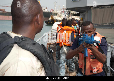 PORT OF DJIBOUTI, Djibouti (May 26, 2012) – Members of the Djiboutian navy practice boarding and securing a vessel - Stock Photo