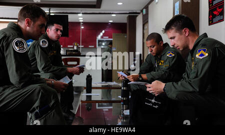 F-16 Fighting Falcon pilots from the 80th Fighter Squadron, Kunsan Air Base, Republic of Korea, review and discuss - Stock Photo