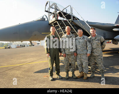 U.S. Army Lt. Gen. Mick Bednarek, Commanding General First U.S. Army, stands with members of the 142nd Fighter Wing - Stock Photo