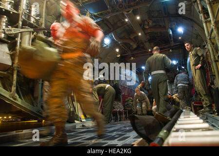 U.S. airmen with the 911th Airlift Wing, Pittsburgh International Airport Air Reserve Station, Coraopolis, Pa., - Stock Photo