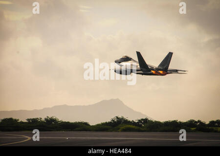 A Hawaii Air National Guard F-22 Raptor takes off from Joint Base Pearl Harbor-Hickam, Hawaii, Sept. 26, 2015. The - Stock Photo