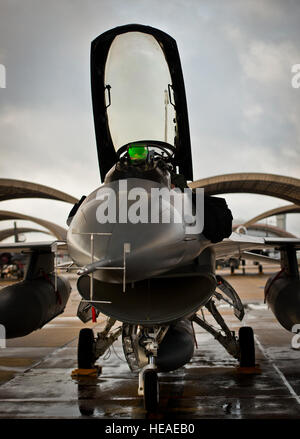 A 96th Test Wing F-16 Fighting Falcon pilot prepares his aircraft for a morning sortie at Eglin Air Force Base, - Stock Photo