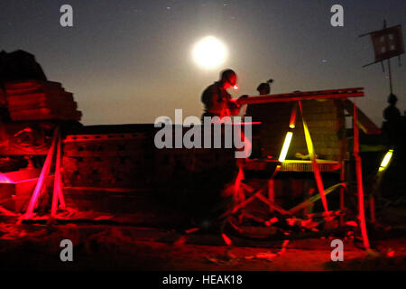 Airborne Artillerymen assigned to Charlie Battery, 2nd Battalion, 319th Airborne Field Artillery Regiment quickly - Stock Photo