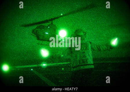 USS GREEN BAY (LPD-20), At Sea, (Aug. 23, 2016) – A Navy aviation boatswain's mate directs a Marine Corps AH-1W - Stock Photo